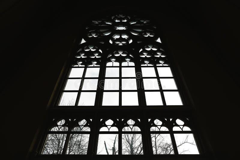 Umgekehrtes Schattenbild des großen mittelalterlichen Fensters in der Hintergrundbeleuchtung in der gotischen Art stockbild