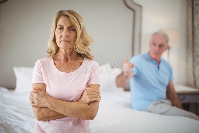 Umgekippte ältere Paare, die im Schlafzimmer argumentieren lizenzfreies stockbild