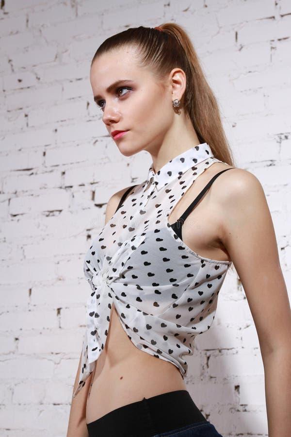 Umgekippte Frau im Hemd lizenzfreies stockfoto