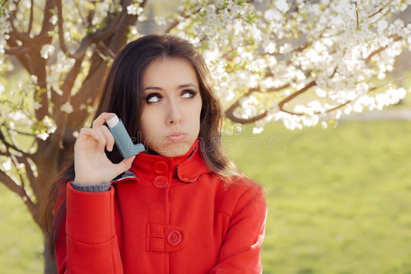 Umgekippte Frau mit Inhalator-im Frühjahr blühendem Dekor stockbilder