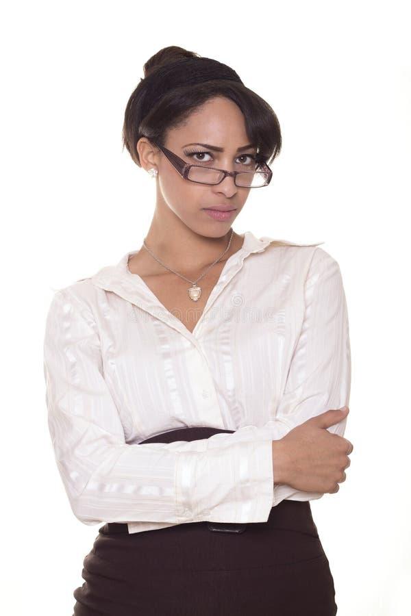 Umgekippte Geschäftsfrau schaut über ihren Gläsern. stockbilder