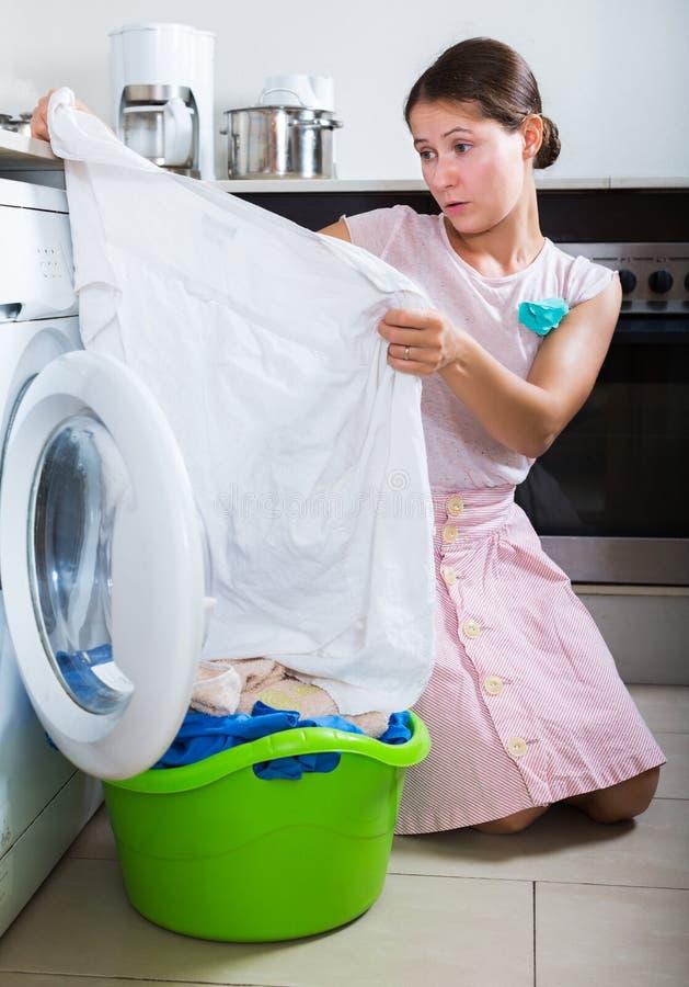 Umgekippte Hausfrau kann Flecke nicht waschen lizenzfreies stockfoto