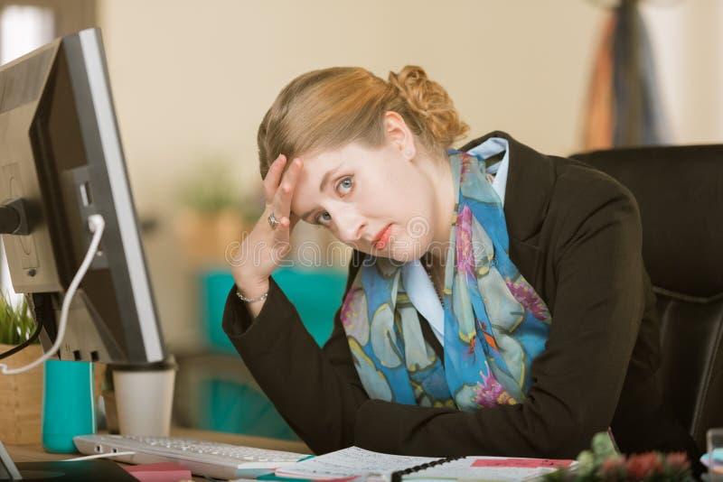 Umgekippte oder gebohrte Berufsfrau in einem kreativen Büro lizenzfreie stockfotos