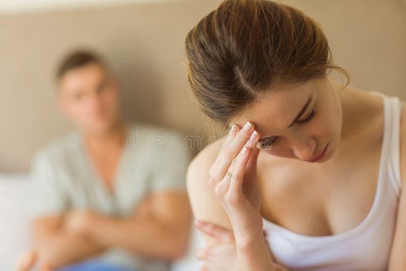 Umgekippte Paare, die miteinander nicht nach Kampf sprechen stockfotos