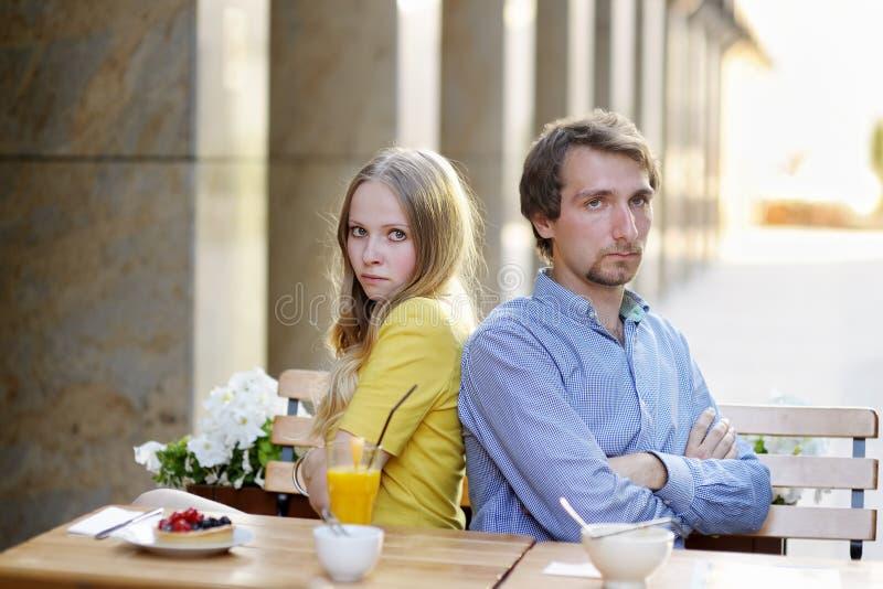 Umgekippte Paare, die nicht miteinander sprechen lizenzfreie stockfotografie