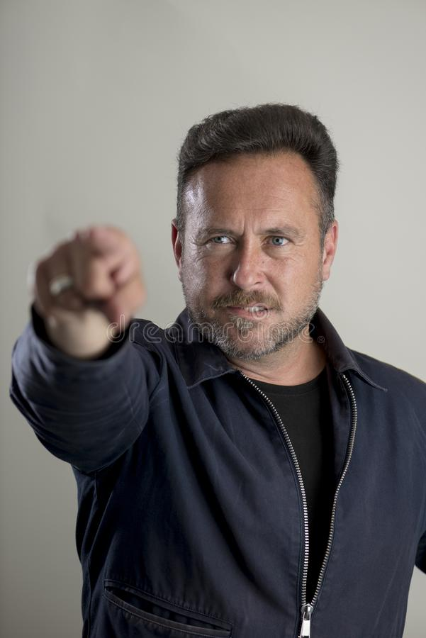 Umgekippter bärtiger erwachsener Mann, der Finger zeigt lizenzfreie stockbilder