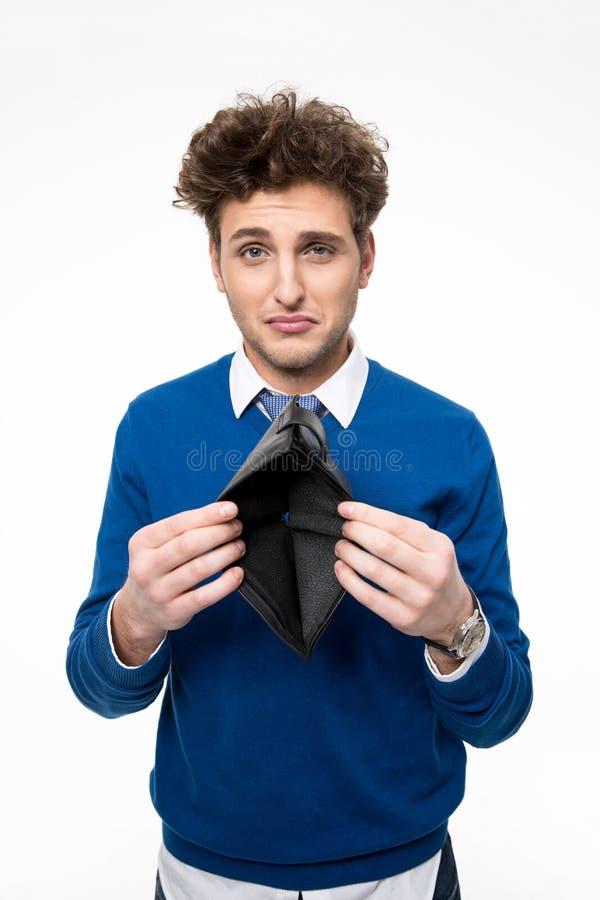 Umgekippter junger Mann, der emty Geldbörse hält lizenzfreie stockbilder