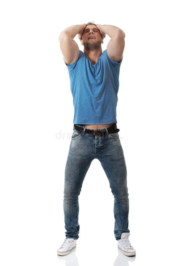 Umgekippter Mann mit den Händen hinter Kopf stockbilder