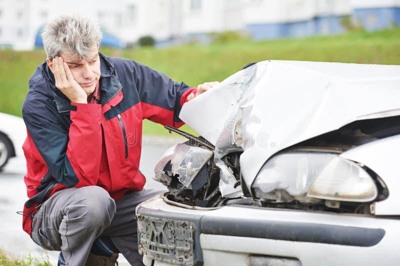 Umgekippter Mann nach Autounfall stockfoto