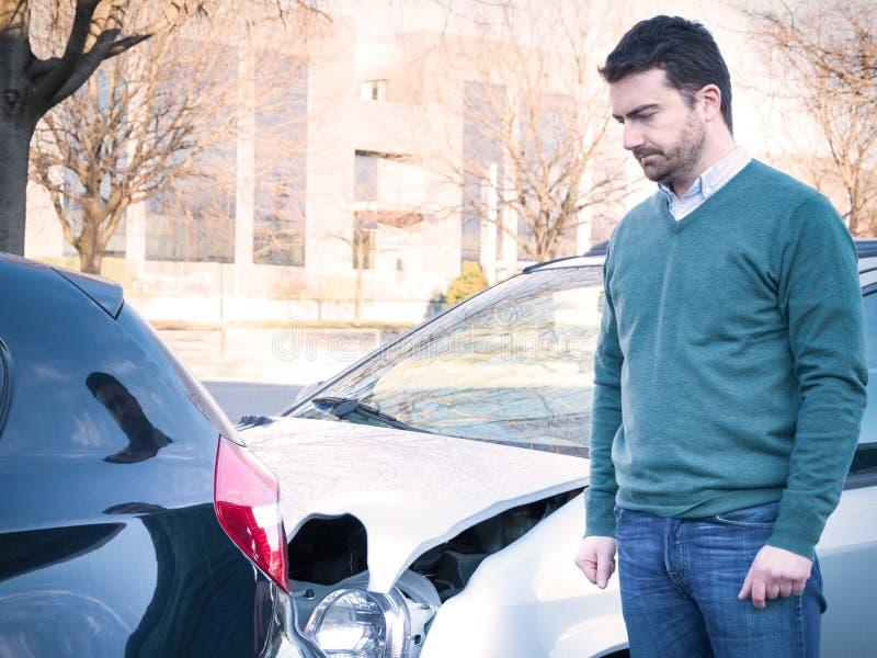 Umgekippter Mann nach einem Autounfall lizenzfreies stockfoto