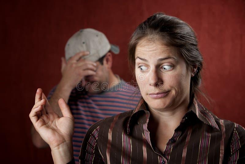 Umgekippter Mann und schuldige Frau lizenzfreie stockfotografie