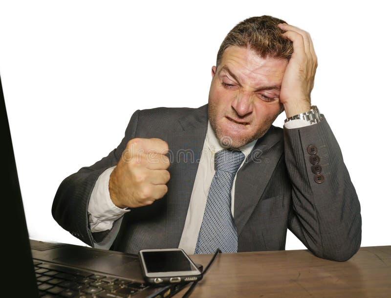 Umgekippter und überwältigter Geschäftsmann im Anzug und Bindung, die herein an Handy-Leidendruck des Bürolaptopcomputertischs lo lizenzfreie stockfotos