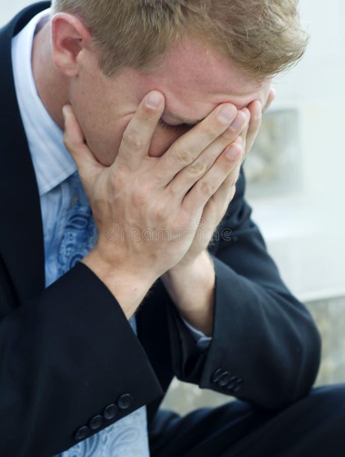 Umgekippter verärgerter trauriger Mann lizenzfreie stockbilder