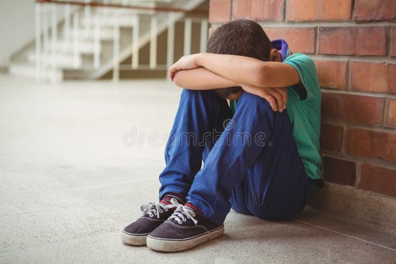 Umgekipptes einsames Kind, das allein sitzt lizenzfreies stockfoto