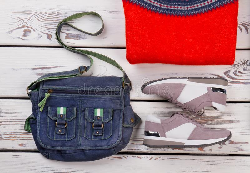 Umhängetasche, Turnschuhe und Pullover lizenzfreies stockbild