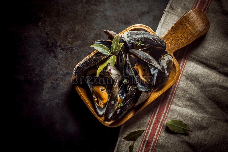 Umhüllung von köstlichen marinierten Miesmuscheln stockbild
