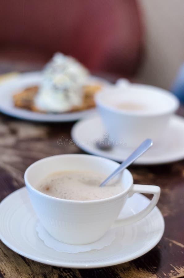 Umhüllungscappuccino in einer Kaffeestube lizenzfreie stockbilder