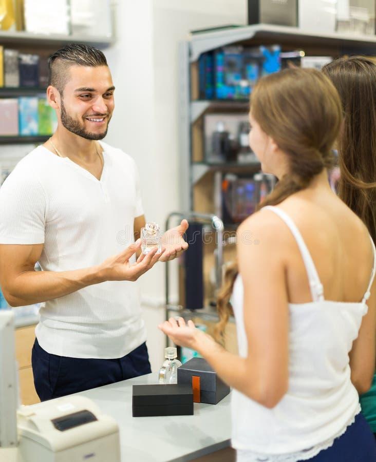 Umhüllungskäufer am Bargeldschreibtisch stockbilder