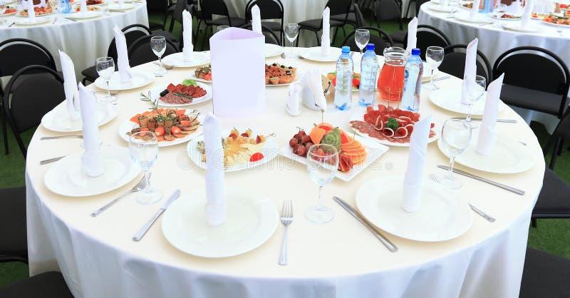 Umhüllungstabelle bereitete sich für Ereignispartei oder -Hochzeit vor In der Gaststätte stockfotografie