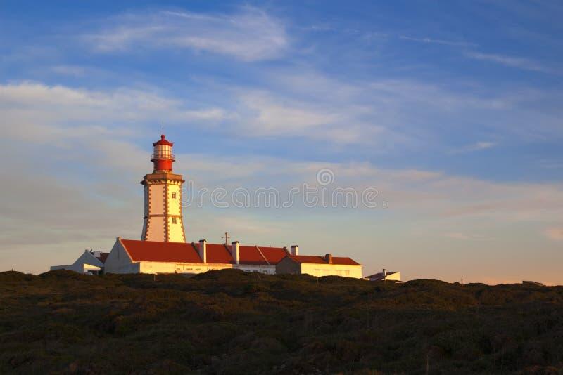 Umhang Espichel Leuchtturm auf Sonnenuntergangleuchte stockbilder