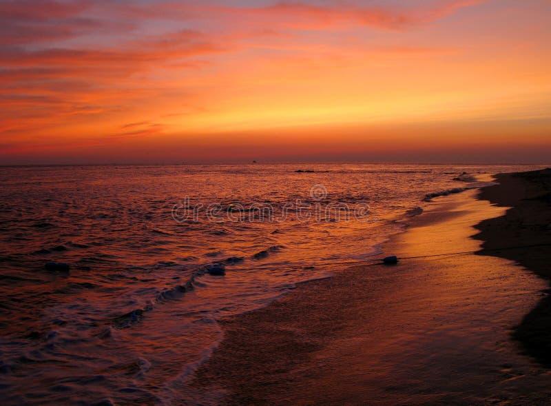 Umhang mag Sonnenuntergang stockfotos