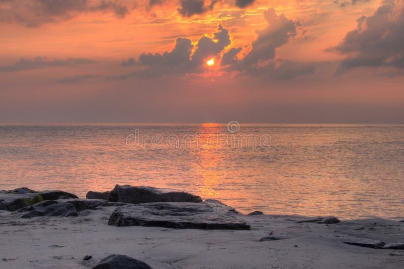 Umhang mag Sonnenuntergang bei Juli stockfotos