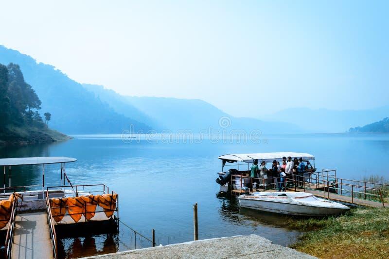 Umiam jezioro, Shillong, Assam, India: Indiańscy turystów ludzie cieszy się na podróż wakacyjnego rejsu łódkowatej wycieczce tury zdjęcie royalty free