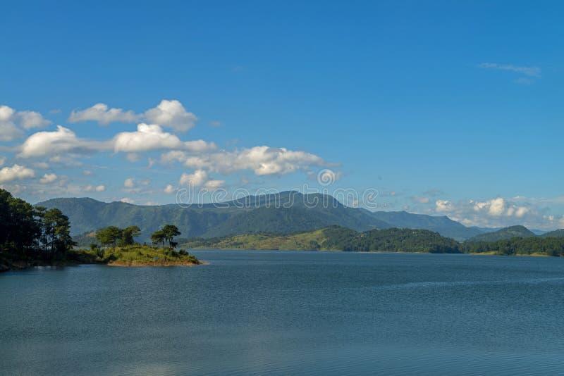 Umiam Lake is een reservoir in de heuvels, een prachtige brug over de beek, Meghalaya, India stock afbeelding