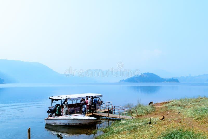 Umiam See, shillIndian Touristenleute, die auf Reisefeiertagskreuzfahrt-Bootsausflug genießen lizenzfreies stockbild