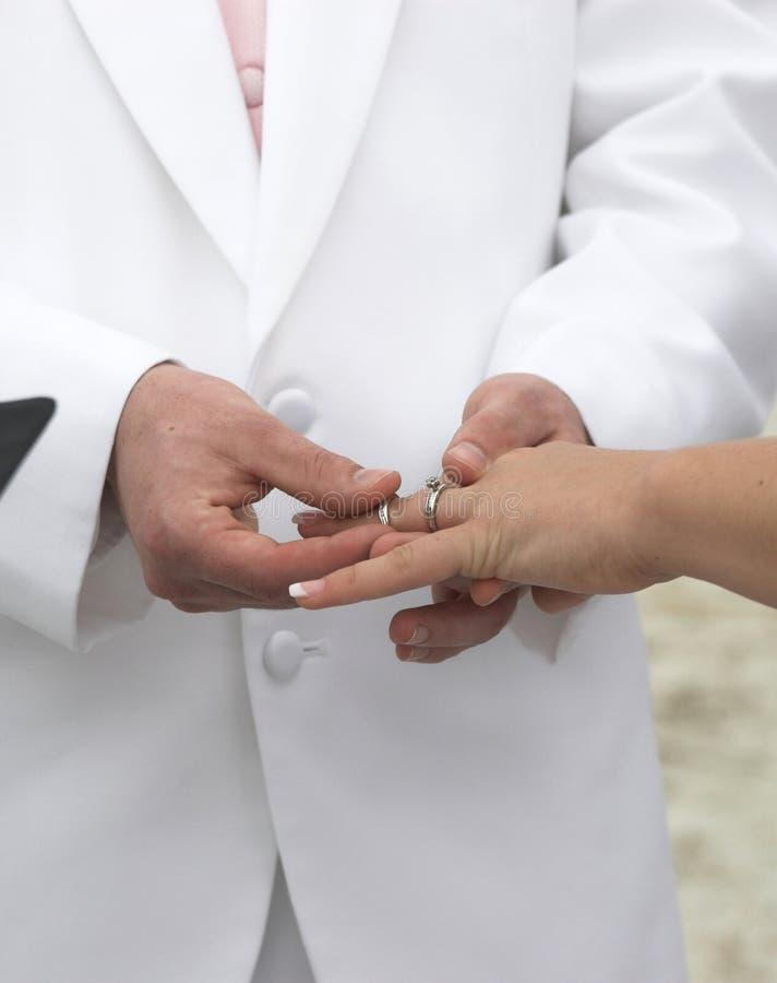 umieścić pierścionek na ślub fotografia stock