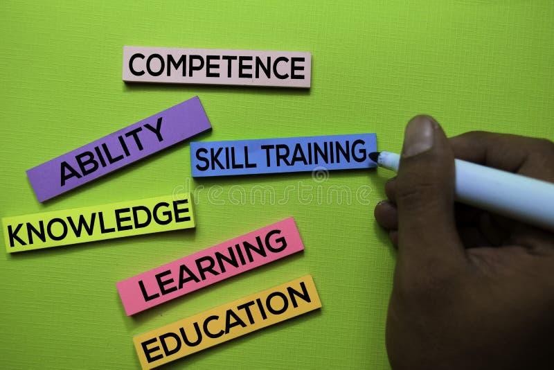 Umiejętności szkolenie, kompetencja, zdolność, wiedza, uczenie, edukacja tekst na kleistych notatkach odizolowywać na zielonym bi obrazy stock