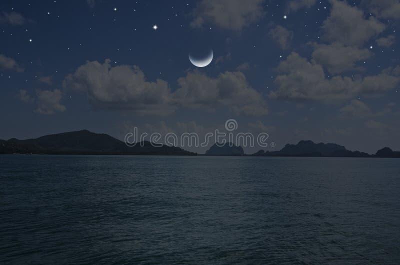 Umierający księżyc i jasne gwiazdy nad błękitnym morzem obrazy stock