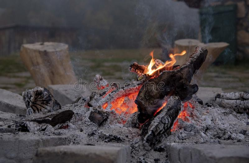 Umierający ogień w skałach Mgła w tle obraz stock