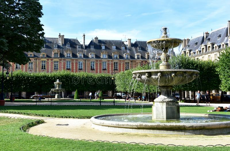 Umieszcza des Vosges stary kwadrat w Pary? Le Marais okr?g Pary?, Francja, 12 2018 Aug zdjęcia royalty free