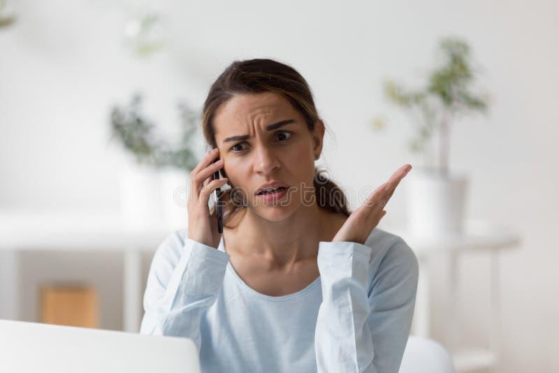 Umkippen überraschte unangenehm die Frau, die Telefonanruf macht stockfotografie