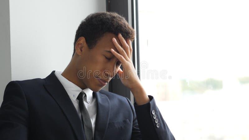 Umkippen, angespannter Geschäftsmann im Problem, denkend für Lösung stockbild