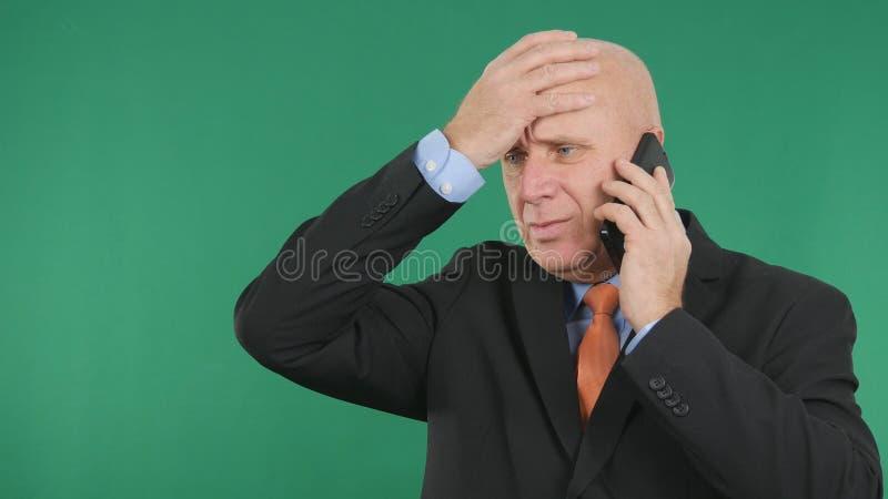 Umkippen-Geschäftsmann-Image Making Nervous-Handzeichen, die schlechte Börsennachrichten sprechen stockbild