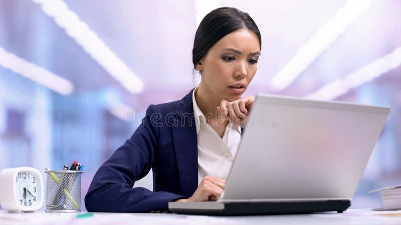 Umkippenfirmenarbeitskraft, die den Laptop, enttäuscht über Projektergebnis, Ausfall schaut lizenzfreie stockfotos