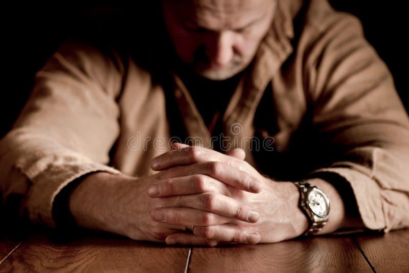 Umklammerte Hände des Mannes stockfotografie