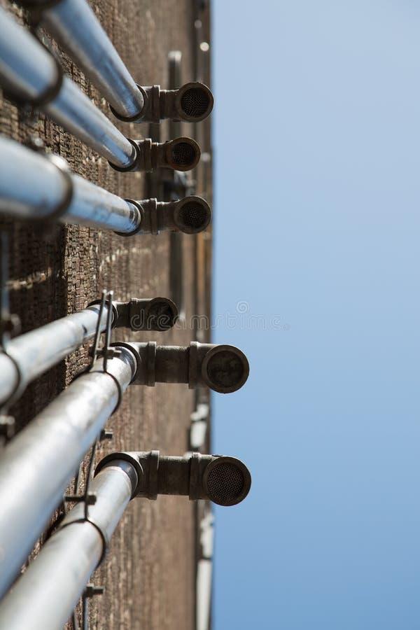 Ummauern industrielle Meta--Rohre der Belüftung Kopienraum des blauen Himmels lizenzfreie stockbilder
