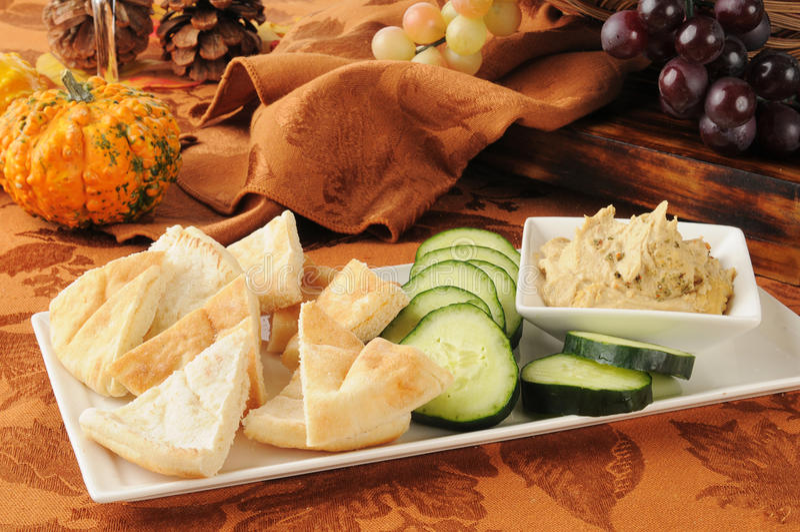Ummus用pita面包和黄瓜 库存图片