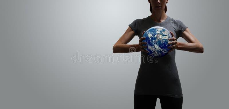 Umożliwiony dysponowany kobiety mienia świat w ona ręki zdjęcie royalty free