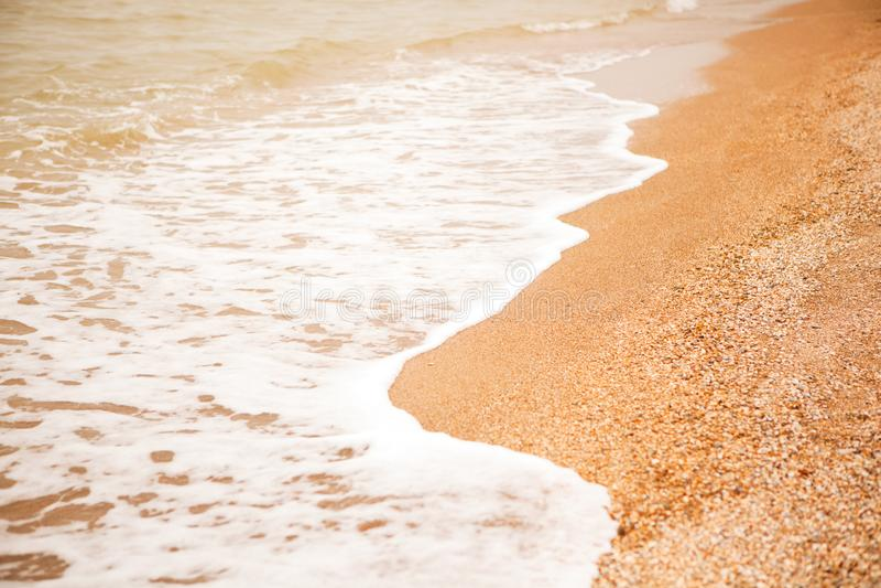 Umore atmosferico e malinconico, fondo vago Vista della spiaggia delle coperture e delle onde di schiumatura del mare Per il mode immagini stock libere da diritti