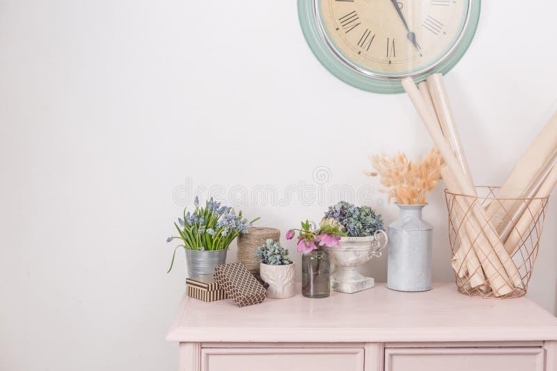 Umore della sorgente Decorazione interna d'annata gabinetto pastello rosa Fiori freschi del anf asciutto sulla tavola di legno Un immagini stock libere da diritti