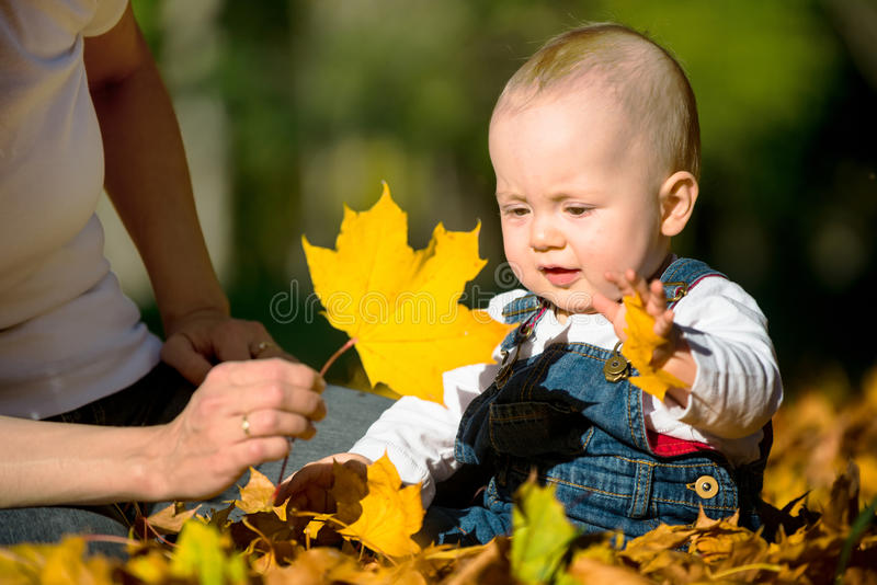 Umore di autunno - bambino che gioca con la foglia fotografie stock