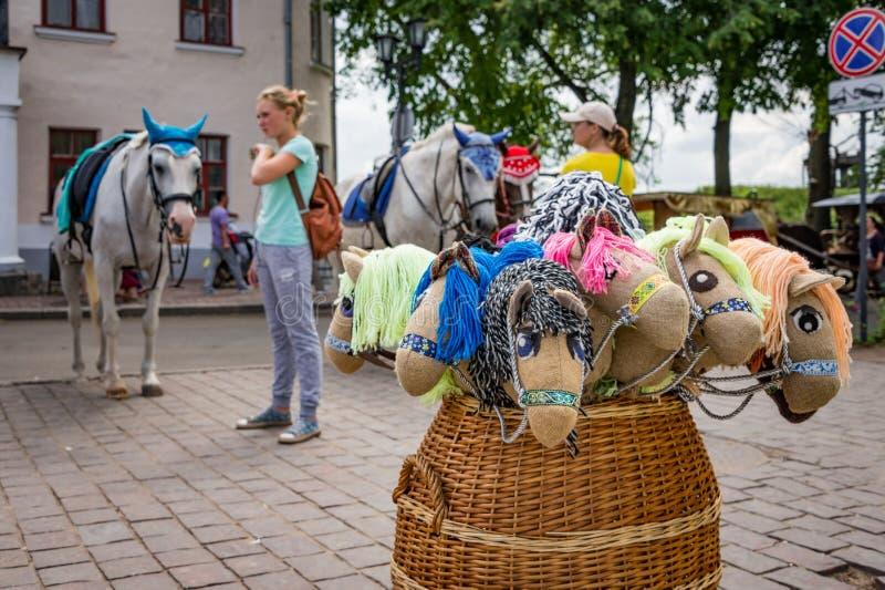Umore di estate: sul quadrato della città antica dei tipi differenti di cavalli immagini stock libere da diritti