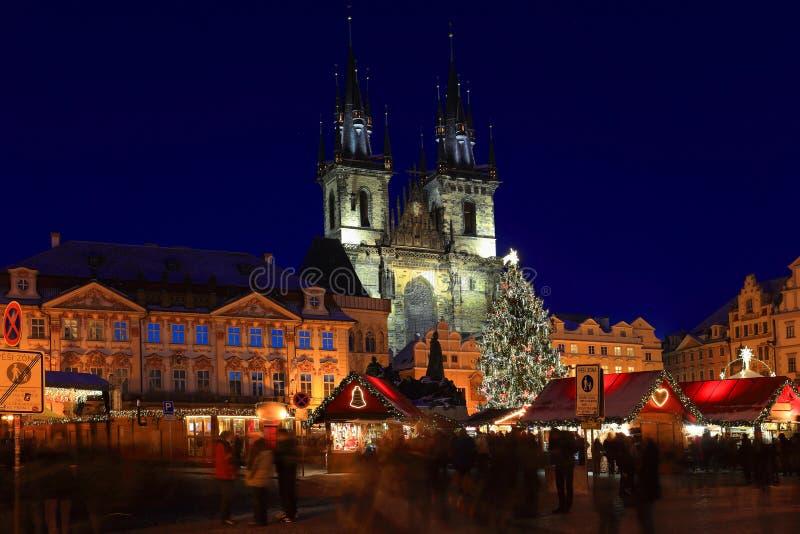 Umore sul quadrato nevoso di Città Vecchia di notte, Praga, repubblica Ceca di Natale immagini stock libere da diritti