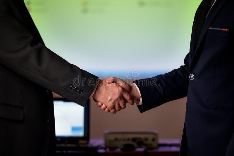 umowy biznesmeni tła wydadzą odizolowane chwiania dwa białe perfect tło f zdjęcia royalty free