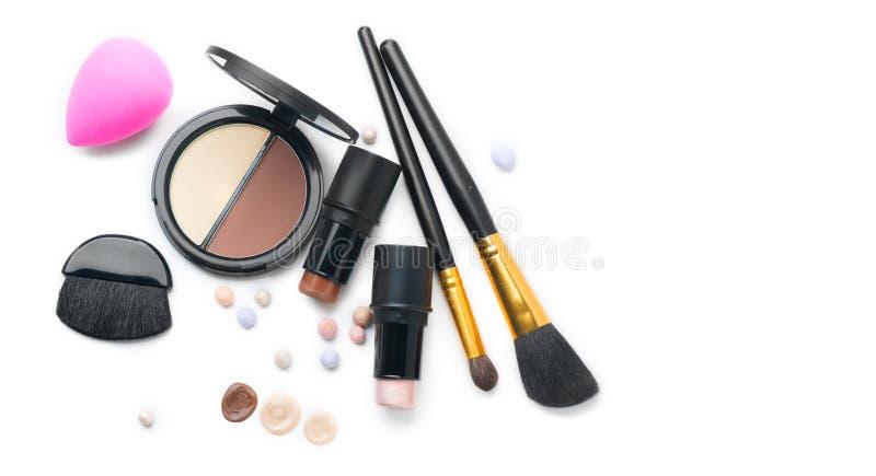 Umreißende kosmetische Produkte des Gesichtes über Weiß H?hepunkt, Schatten, Kontur und Mischung stockfotografie