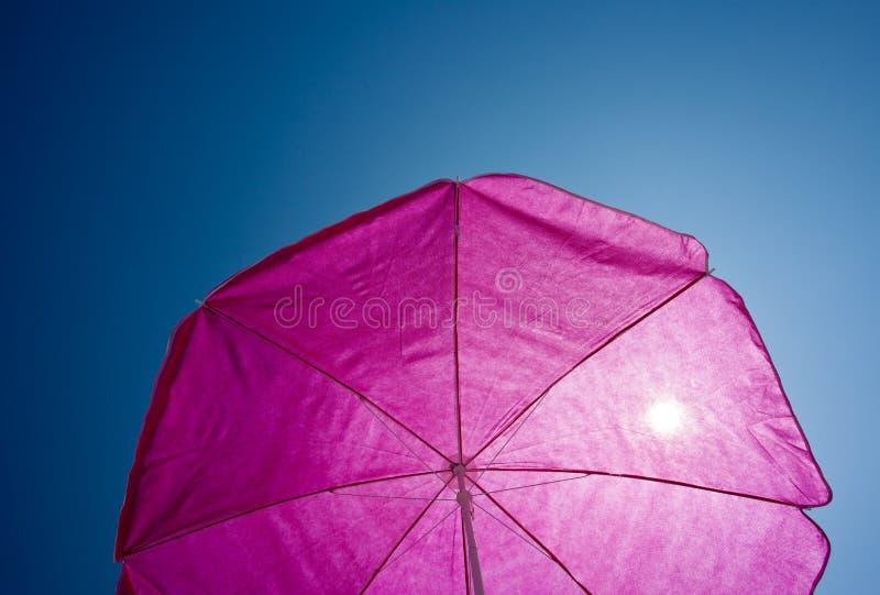 Umrella de plage avec le ciel bleu photo libre de droits